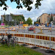 Sammonkadulla Sampolan edessä raitiotien yhteydessä tehtäviä kadunrakennustöitä – autoliikenteelle järjestelyjä