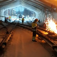 Insinöörinkadun ja Atomipolun liittymässä tehdään päällysrakennetöitä teltassa