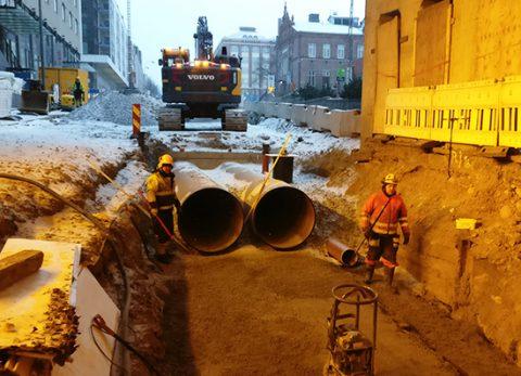 Rautatien alittavassa tunnelissa viemäritöitä
