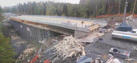 Kanjonin ylittävän Koivusenojan sillan teline-ja muottipurkaminen käynnissä