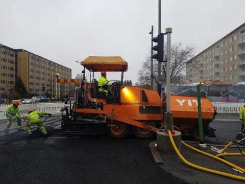 Katuja asfaltoidaan talvea varten kunnossapidon helpottamiseksi
