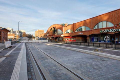 Yhdistetty raitio-ja bussipysäkki Duon edustalla Insinöörinkadulla