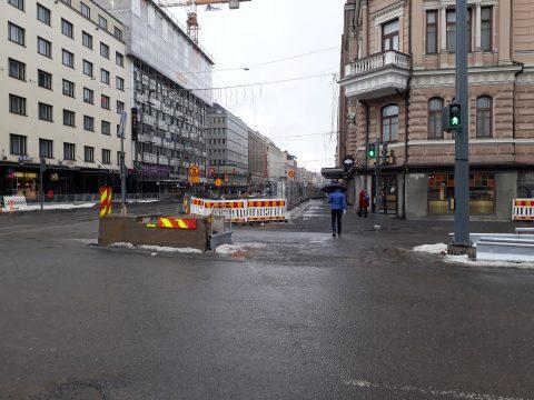 Rautatienkadun, Hämeenkadun ja Itsenäisyydenkadun liittymässä kaikki suojatiet käyttöön 18.6. Suojatie avattiin ensimmäisen kerran jo talvella, ja suljettiin vielä yhden työvaiheen ajaksi. Kohta pääsee taas!