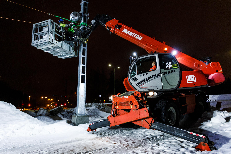 Ajojohtimien asennusta Hervannan valtaväylällä helmikuussa 2019. Kuva: Pasi Tiitola