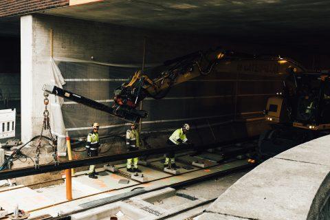 Rautatien alittavassa tunnelissa tehdään raiteita ja tukimuuria. Kuva: Wille Nyyssönen