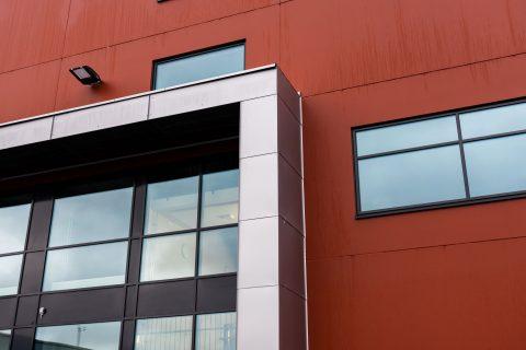 Rakennusten muotokieli ja arkkitehtuuri ovat pelkistetyn moderneja ja toimivuutta korostavia