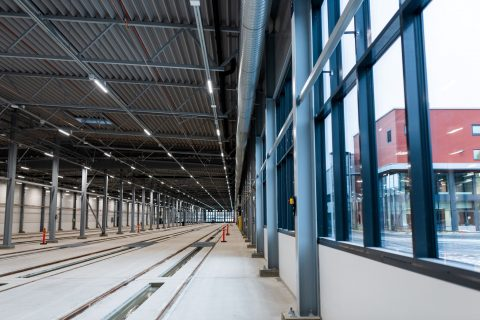 Säilytyshallilla on mittaa 200 metriä. Ulkona korjaamohalli ja toimisto-osa