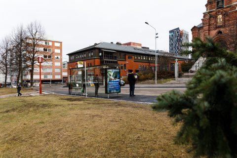 Bussipysäkki Sorin aukiolla Tuomiokirkonkadulla