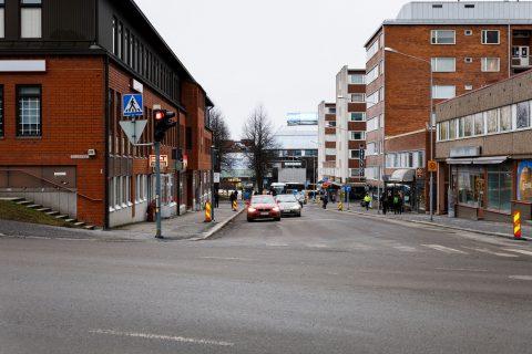 Suvantokadun ja Rautatienkadun liittymä: liikennevaloja siirretty, suojatie liittymässä