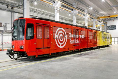 Tampereen raitiotietä testataan Saksasta tuodulla vuoden 1981 vuosimallin raitiovaunulla Kuva: Pasi Tiitola