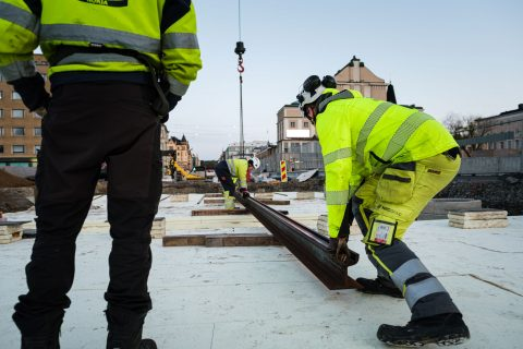 Hämeenkadun viimeisiä kiskoja asemoidaan Hämeensillalle 18.5.2020