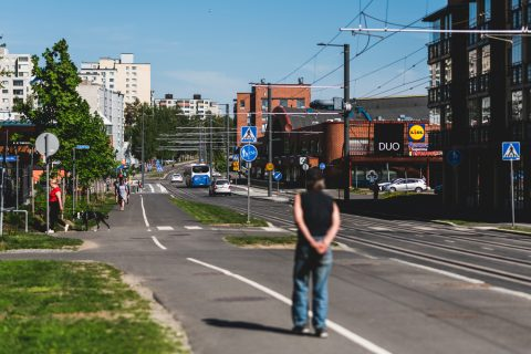 Raitiotie on jo luonteva osa Hervannan kaupunkinäkymää. Kuvassa Duon edustan katualuetta.