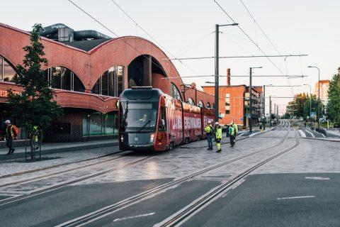 Kuvassa raitiovaunu Duon edessä