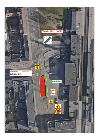 Karttakuva Rautatienkadun liikennejärjestelyistä itäpuolen jalkakäytävän kunnostustöiden aikana. Itäpuolen ajorata on suljettu noin 40 metrin matkalta Hämeenkadulta kohti Verkatehtaankatua.