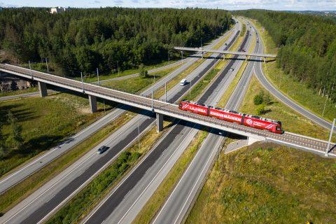 Tampereen Ratikan protovaunu Vackerin sillalla ilmasta kuvattuna