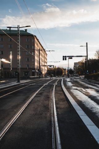 Pirkankadun raitiotietä, yhteiskäyttöpylväät ja ajojohtimet. Kuva Wille Nyyssönen.