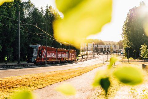 Tampereen Ratikka nousee ylös Hermiankatua auringon noustessa.