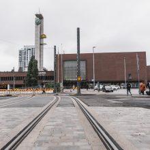 Raide etualalla ja Rautatieasema takana. Kuva Wille Nyyssönen.