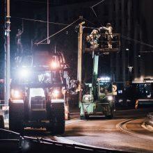 Ajojohtimien asennusta nostokorista käsin. Kuva Wille Nyyssönen.