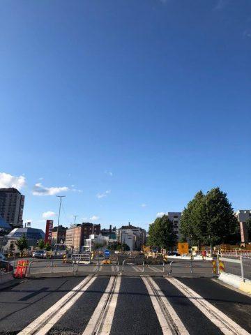 Hatanpään valtatien kiintoraidelaattaa linja-autoaseman kohdalta kohti Hämeenkatua.