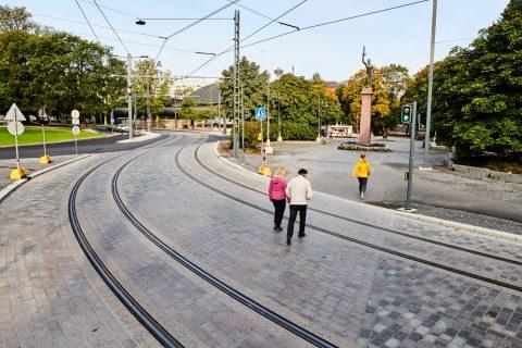 Kuvassa jalankulkijoita ylittämässä uusittua suojatietä Hämeenpuistossa.