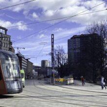 Raitiotien ajojohtimien asennus Hatanpään valtatiellä loppuvaiheessa – ensimmäiset koeajot kesäkuun lopulla Hämeenkadun liittymän vaihdealueella