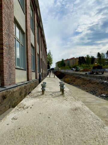 Tukimuurin seinä, jossa kiinnikkeet kaiteelle.