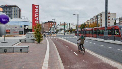 Jalankulku- ja pyöräväylä Hatanpään valtatiellä.